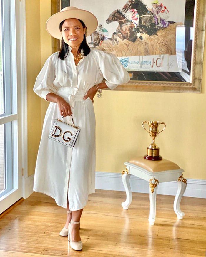 Souri wears a white dress | 40plusstyle.com