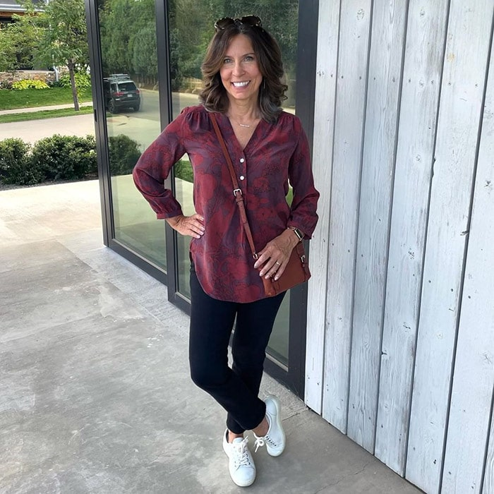 Shoes with arch support - Ana wears white sneakers   40plusstyle.com
