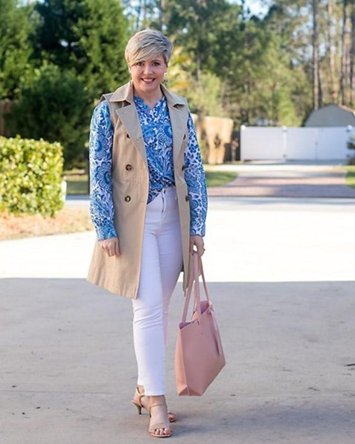 Fonda wears a sleeveless trench | 40plusstyle.com